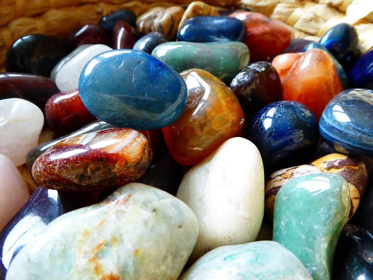 自分にぴったりの石が見つかる!パワーストーンリーディングの意味や効果とは