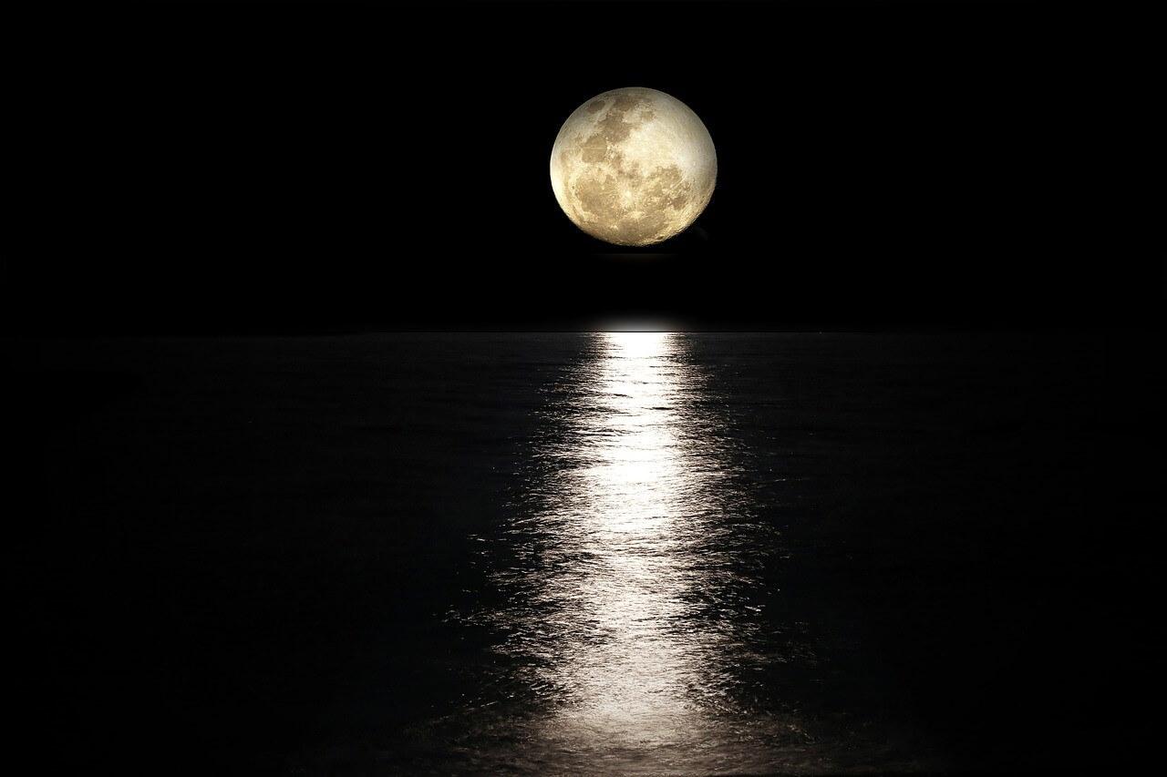 人気運がアップ!ルノルマンカードの「月」が表す意味