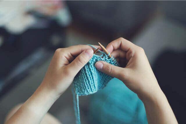 編み物講師になるにはどうすればいい?編み物講師の 資格や収入について