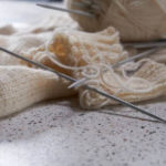 外で編み物を楽しもう!自宅以外で編み物をしやすい場所について